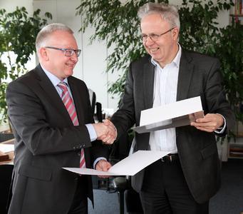 Steffen Oberst (links) und TU-Präsident Prof. Dr. Helmut J. Schmidt nach der Unterzeichnung der Vereinbarung / Foto: TU Kaiserslautern