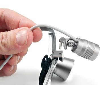 Nur ein Klick: Die Adaption der JADENT DIObright3 Beleuchtung an die Lupenbrille