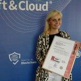 Eike Grawe, Head of Marketing bei der Soft & Cloud AG, zeigt das erneuerte TÜV Zertifikat