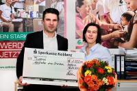 Alexander Kirsten, Vertriebsleitung bei LAUER-FISCHER, übergab Ende November den Scheck über den Spendenbetrag an Eliette Fischbach, Geschäftsführerin von Apotheker ohne Grenzen