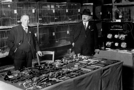 1920: Die komplette AFRISO Produktpalette wird übersichtlich präsentiert – noch sind dafür ein paar zusammen geschobene Tische ausreichend.