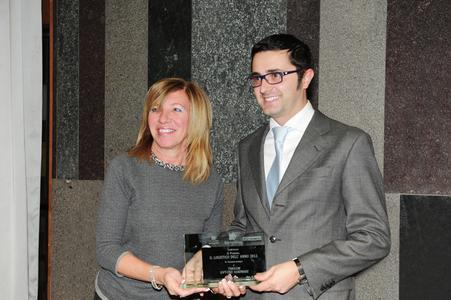 """Innovationspreis für TC eMap®: Donatella Rampinelli (Assologistica) übergab den Logistikpreis """"Il Logistico dell'anno""""an Tommaso Magistrali (TimoCom)"""