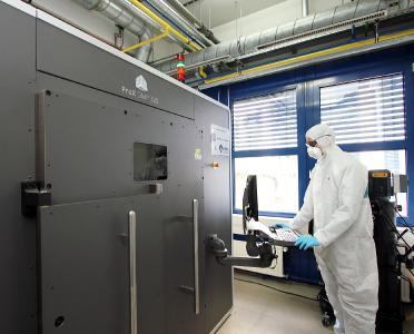 Die Forscher fertigen mit einem ProX DMP 320 Metalldrucker komplexe Bauteile in einem Stück. Der Drucker wird ihnen in Kooperation vom Technikkonzern 3D Systems zur Verfügung gestellt / Foto: TU Kaiserslautern