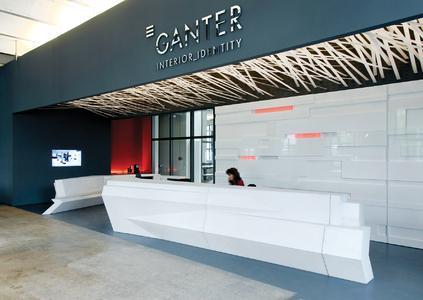 Empfangsbereich von Ganter in Waldkirch. Die umfassenden Erweiterungsmöglichkeiten von P&I LOGA und die professionelle Art der Kundenorientierung spiegeln das Leitbild von Ganter wider.