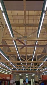 Effiziente Vorelementierung: Ob es sich um Tragwerksbinder für Wohn-, Zweck-, Wirtschafts- oder Sonderbauten handelt, um Geschoss- oder Zwischendecken oder gar um Wandtafeln für den Haus- bzw. Hallenbau, mit den Mitgliedsunternehmen im GIN lassen sich Holzbauelemente in bedarfsgerechten Dimensionen anschlussfertig vorplanen. Das beschleunigt den Bauablauf erheblich und führt in der Regel – so auch im KaDeWe – zu einer erfreulichen Entlastung des Baubudgets. (Foto: Bärbel Rechenbach für Hecker/GIN, Ostfildern; http://www.nagelplatten.de – mit freundlicher Genehmigung des KaDeWe, Berlin; www.kadewe.de)