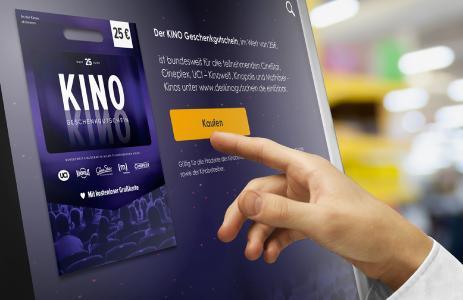 Über Touchscreen des eKiosk von epay, der in Rewe- und Pennymärkten pilotiert wird, erhalten Verbraucher im Markt Zugang zu Zusatzinformationen zu Guthabenkarten wie dem KINO Geschenkgutschein, die die Märkte im Laden und Online führen, und können an aktuellen Promotionaktionen teilnehmen