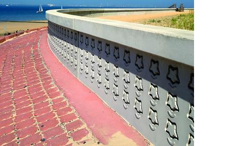 Um Material zu sparen wurden aus NOEplast gefertigte, handtellergroße Symbole des Forts auf eine Trägerplatte geklebt. (Foto: NOE-Schaltechnik, Süssen)