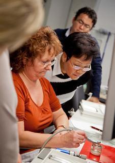 Modernste Dentaltechnik hautnah erleben: die Besucher erhielten umfassende Einblicke in das Sortiment an Turbinen, Hand- und Winkelstücken