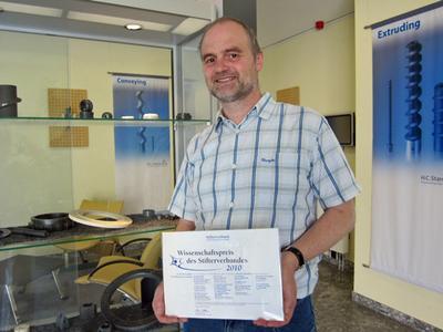 Dr. Rolf Wagner mit der Urkunde des Wissenschaftspreises des Stifterverbandes
