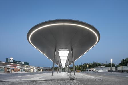 An ein gerade gelandetes UFO erinnert vor allem die im August 2018 fertiggestellte Mittelinsel am ZOB Gelsenkirchen. Die umlaufende LED-Beleuchtung bietet neben der modernen Optik in erster Linie eine gute Orientierung für die Fahrgäste und eine hohe Aufenthaltsqualität / Foto: Lukas Pelech