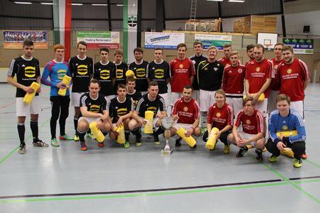 Das Objekt der Begierde in der Mitte: Die Teams von HARTING und Gauselmann fighten am Samstag um den HARTING Azubi-Cup