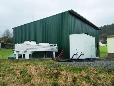 Optimale Energienutzung: Die in das BHKW integrierte Absorptionskältemaschine nutzt im Sommer die überschüssige Abwärme aus der Stromproduktion zur Erzeugung von Kühlwasser für die Klimaanlagen / Fotonachweis: Thermaflex/txn