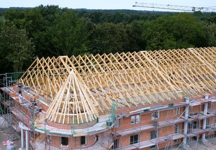 Ein Hut für jedes Haus: Nagelplattenbinder für Dachtragwerke aller Größen werden von GIN-Mitgliedsfirmen wettergeschützt vorgefertigt und richtfertig auf die Baustelle gebracht. Foto: Janssen/GIN, Ostfildern; www.nagelplatten.de