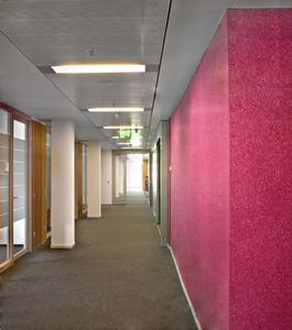 Professionelle Verarbeiter können selbst schier endlos langen Wänden mit FantasticFleece ein sympathisches Erscheinungsbild verleihen: Inspirierend, hell und freundlich präsentieren sich nach der Sanierung die jeweils 100 m langen Flure im Hauptgebäude des Statistischen Bundesamtes in Wiesbaden