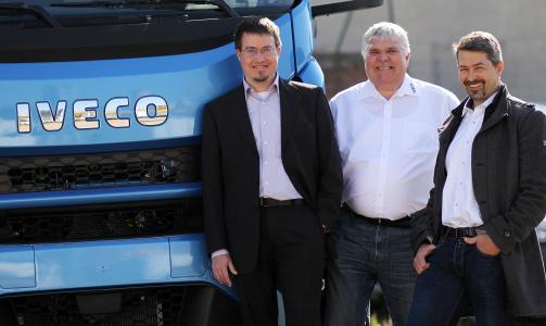 Prof. Dr.-Ing. Michael Günthner, Stefan Hagenhoff, IVECO Süd-West Nutzfahrzeuge GmbH, und Dr.-Ing. Thorsten Fuchs (v.l.n.r.) / Foto: TUK