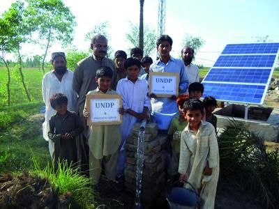 Phaesun-Projekt Pakistan: Gemeindevertreter am Wasserpumpsyst...