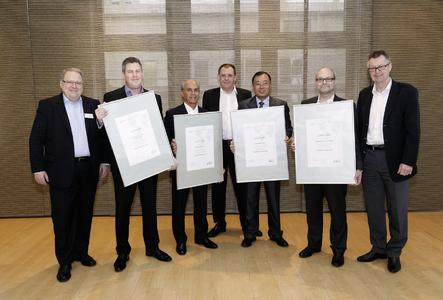 The coordinators of the four new Schaeffler Technology Centers receive the certificates from Robert Schullan (right), Member of the Executive Board of Schaeffler AG and President of Schaeffler Industrial