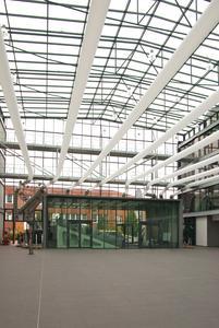 Die Komfortklimatisierung in dem repräsentativen Atrium sollte möglichst unauffällig sein.