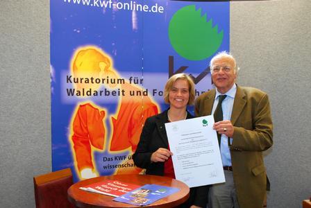 """Geschäftsführende Direktorin des KWF, Dr. Ute Seeling, und den Vize-Präsidenten des DFV, Mark von Busse, mit der """"Potsdamer Erklärung""""."""