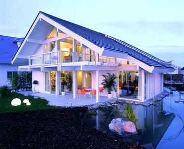 Transparent: Holzfertighäuser mit viel Glas zeugen von Offenheit und Understatement. DHV-Mitgliedsunternehmen wissen repräsentative Architektur mit Privatheit zu verbinden. Foto: Davinci/DHV, Ostfildern; http://www.d-h-v.de
