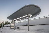 Nicht nur am Bestandsgebäude und auf der Mittelinsel, sondern auch an drei weiteren Fahrgastunterständen wurde die Aufenthaltsqualität mit neuen Dächern und sorgfältig ausgewählter Beleuchtung erhöht / Foto: Lukas Pelech