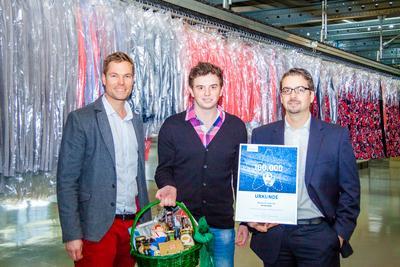 "Gratulation zum Titel ""100.000ster TimoCom-Nutzer"" (v.l.): Tim Muke (TimoCom), Dennis Zimmerling (Meyer & Meyer) und Gunnar Stüber (Meyer & Meyer)"