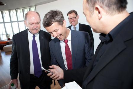 """Da kommt die App! Kronprinz Frederik freut sich über das iPhone mit der """"Royal App"""""""