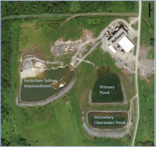 Luftaufnahme der Anlage mit dem bestehenden Gebäude der Raffinerie und den Bergeteichen