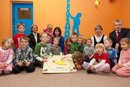 Landrätin Birgit Hesse und WEMAG-Vorstandsmitglied Thomas Pätzold probierten mit den Kindern gleich das Geschenk aus. (Foto: S. Rudolph-Kramer)