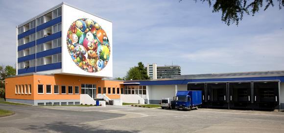 Seit Anfang 2010 ist die Häuser KG in einem für das Unternehmen umgebauten ehemaligen Versandlager im Kölner Stadtteil Bocklemünd ansässig. Hier stehen 10.500 Quadratmeter Produktionsfläche auf einer Ebene zur Verfügung