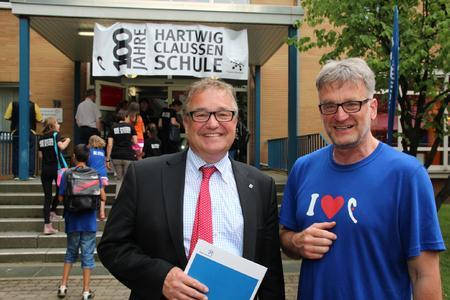 Regionspräsident Hauke Jagau (links) gratuliert Schulleiter Joachim Budke zum Jubiläum der Hartwig-Claußen-Schule am Altenbekener Damm in Hannovers Südstadt