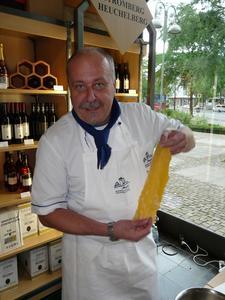 Küchenmeister Thomas Mayer zeigt wie der Teig für die Maultaschen vorbereitet wird.