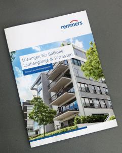 """Zur Vertiefung des Fachpraxis-Seminares dient die neue Broschüre """"Lösungen für Balkone, Laubengänge & Terrassen"""" (Bildquelle: Remmers, Löningen)"""
