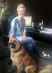 Astrid Drexhage, Geschäftsführerein bei Weber Data Service mit ihrem achtjährigen Schäferhundmischling Max