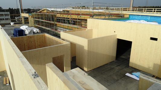 Neue Wände aus Massivholz: Auf die Bestandsdecken wurden die Treppenhäuser und notwendigen Flure (brandlastfrei) inklusive Zwischendecken aus Massivholz montiert. (Bildquelle: HU-Holzunion)