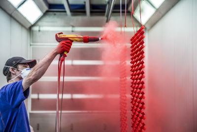 Pulverbeschichtungsprozess   Pulverbeschichtung von Hand.  Foto: Maks Richter