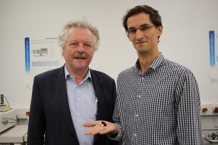 Prof. Dr. Achim Frick (l) und Marcel Spadaro, M.Sc., forschen an Möglichkeiten, die Lebensdauer von Batterien zu verlängern / Fotohinweis: © Hochschule Aalen / Gaby Keil