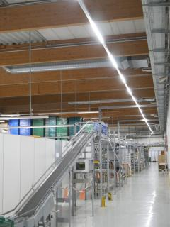 Im laufenden Betrieb konnten die rund 1.300 Meter LED-Lichtband installiert werden. So war die Lieferfähigkeit der gelagerten Medikamente jederzeit gesichert / Foto: Emslicht