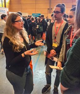 Die Auszubildenden von Aumüller Aumatic waren begeistert von der Möglichkeit, Jugendliche bei deren Karriereplanung zu beraten.