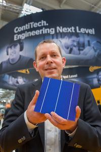 Lasting reductions in production costs: At the LOPEC Armin Senne, flexo business manager at ContiTech, shows prototypes of printed solar cells, Photo: ContiTech