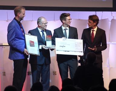 v. l. n. r.: Prof. Dr. Michael Rethmeier (Bundesanstalt für Materialforschung und –prüfung (BAM)), Robert Stöckl (Vorstand Vertrieb der EWM AG), Alexander Atzberger (Gewinner des EWM-Awards), Rudi Cerne (Moderator)