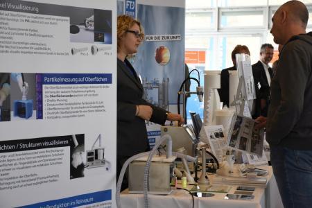 Die begleitende Ausstellung ermöglicht Teilnehmern, sich über innovative Produkte und Dienstleistungen zu informieren.