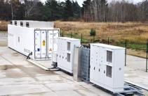 """Der Großbatteriespeicher in """"Alt Daber"""" verfügt über neuartige Blei-Säure Batterien und versorgt seit 2015 das europäische Verbundnetz mit Primärregelleistung."""