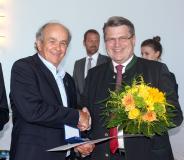 Bayerns Justizminister Prof. Dr. Winfried Bausback (r.) überreicht Georg Moosreiner die bayerische Justizmedaille / Quelle: Bayerisches Staatsministerium der Justiz