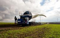 Das Foto zeigt den Transport eines knapp 60 Meter langen Rotorblatts zum Standort Imsweiler im rheinland-pfälzischen Donnersbergkreis. ABO Wind hat dort im Januar drei Nordex N117 ans Netz gebracht und damit in Deutschland die 1.000 Megawatt-Schwelle überschritten