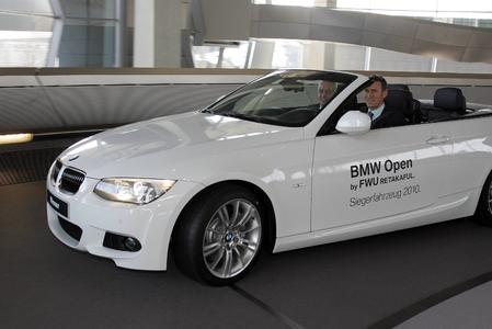 Patrik Kühnen (Turnierdirektor BMW Open) am Steuer des Fahrzeuges für den BMW Open Gewinner, BMW 325i; daneben Karsten Engel, Leiter Vertrieb Deutschland der BMW Group