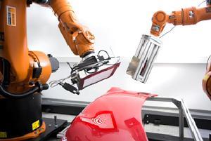 Zwei kooperierende Roboter inspizieren beliebig geformte, spiegelnde Oberflächen.