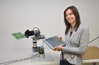 Im Rahmen ihrer Fortbildung zur staatlich geprüften Technikerin im Fachbereich Mechatronik legte Elena Gill die Basis zur Lackierung von Platinen mit einem neuen Roboter bei Esders.