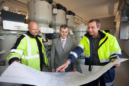 Dr. Heiko Hembach, Leiter Betrieb und Instandsetzung (Mitte), lässt sich von Projektleiter Achim Milbich (rechts) und Bauleiter Marco Belz die Pläne für das neue Umspannwerk erläutern