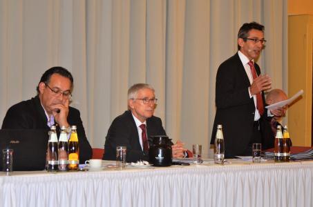 Umfassend informiert (v.l.n.r.): Ahmed Al Samarraie, Vorstandsmitglied und Obmann AK ökologischer Holzbau, Thomas Schäfer, Hauptgeschäftsführer, Erwin Taglieber (stehend), Präsident, Ulf Cordes (verdeckt), 2. Vorsitzender und Obmann AK Kommunikation, hatten zahlreiche richtungsweisende Themen für die Mitgliederversammlung vorbereitet. Foto: Achim Zielke für den DHV, Ostfildern; www.d-h-v.de